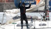 Juan Manuel Ballestero reckt bei seiner Ankunft in Argentinien die Fäuste nach oben