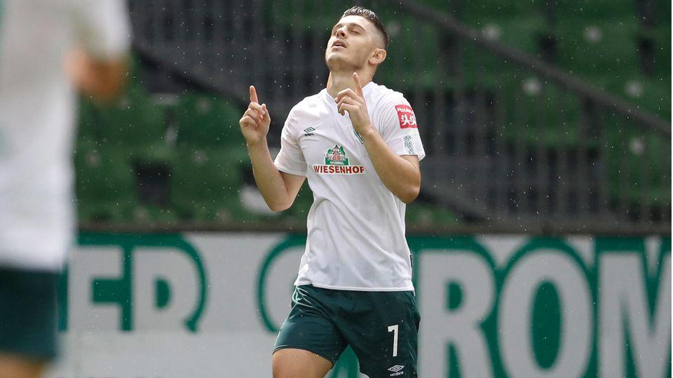 Nürnbergs Mikael Ishak (links) und Mannschaftskamerad Fabian Schleusener - Team muss in Relegation