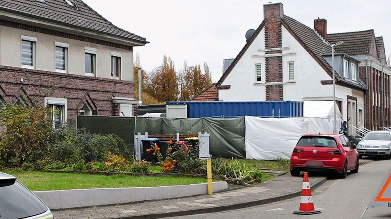 Nordrhein-Westfalen, Alsdorf: Ein Haus wird von der Polizei durchsucht. Hier wurde ein Verdächtiger festgenommenen und seine Wohnung durchsucht. Der Missbrauchsfall von Bergisch Gladbach weitet sich aus.