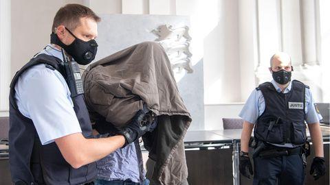 Angeklagter wird in den Gerichtssaal geführt