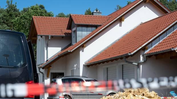 Absperrband der Polizei ist vor einem Haus angebracht. In dem Einfamilienhaus sind zwei Leichen entdeckt worden.