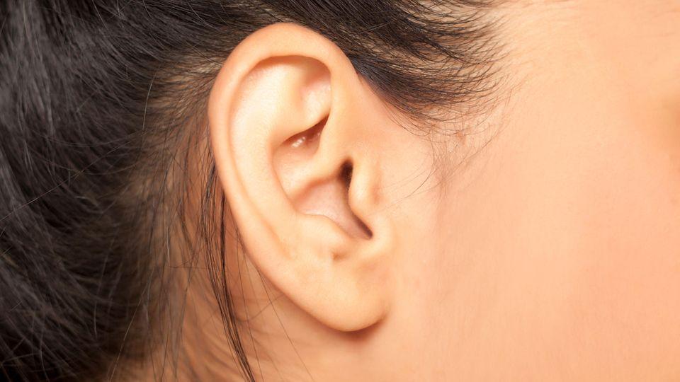 Die Diagnose : Eine junge Frau hat entzündete Augen - die Ursache findet die  Ärztin hinter ihren Ohren