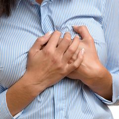 Die Diagnose : Die Frau hat Gliederschmerzen und fühlt sich schlapp. Dann verformen sich ihre Brüste