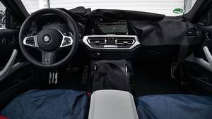 Das Cockpit lässt die Verwandtschaft zu den größeren Brüdern M5 und M8 schon erahnen