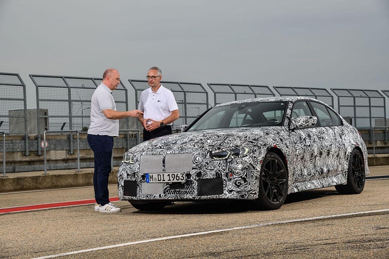 BMW M-Entwicklungschef Dirk Häcker (rechts) erklärt die Feinheiten des neuen M3