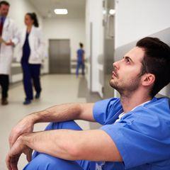 Ein erschöpfter Arzt