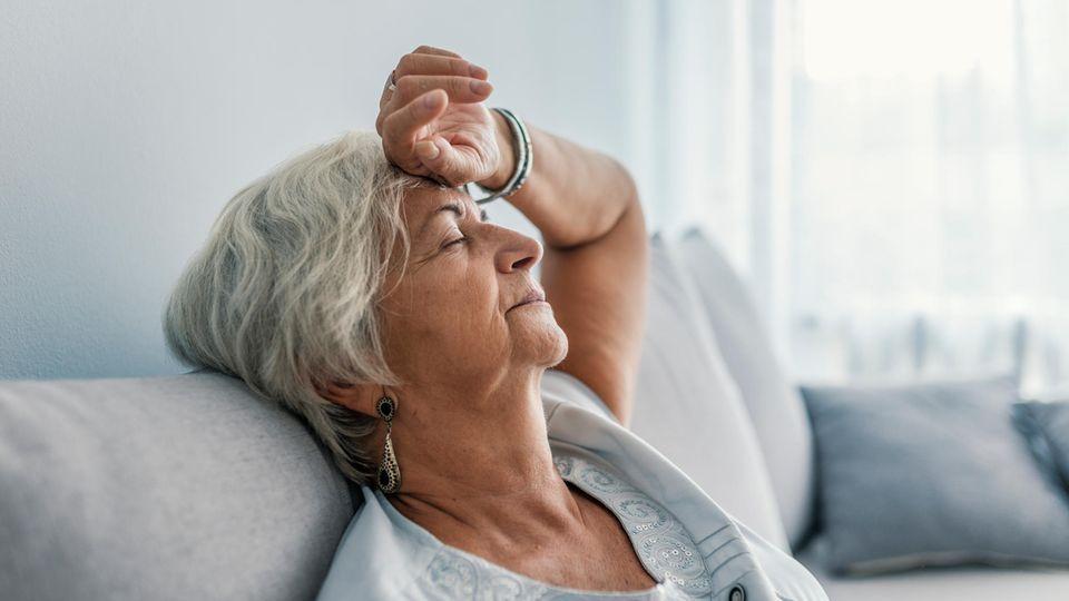 Kraftlose ältere Frau
