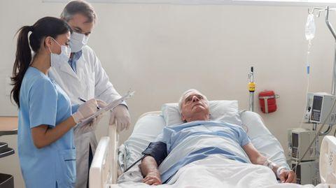 Mann im Krankenbett