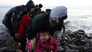 Flüchtlinge am Wasser an Griechenlands Insel Lesbos