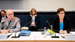 Verteidigungsministerin Annegret Kramp-Karrenbauer (r.) undEberhard Zorn (l.), Generalinspekteur der Bundeswehr, informieren über Veränderungen beim KSK