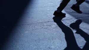 Der Schatten eines Mannes als Symbolfoto für Nachrichten aus Deutschland