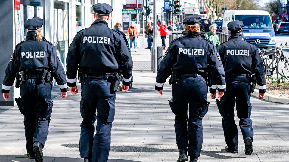 Polizeibeamte patrouillieren in der Hamburger Innenstadt
