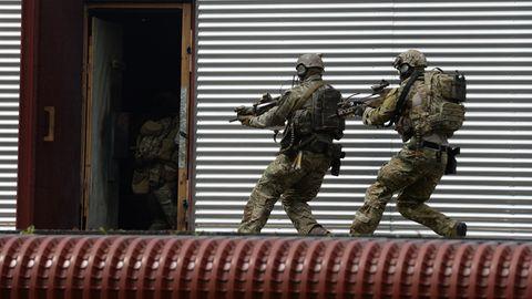 KSK-Soldaten stürmen auf dem Kasernengelände in Calwwährend einer Übung in eine Tür