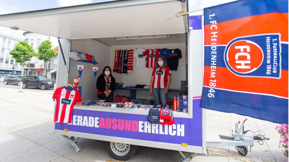Verkaufsstand für Fansausrüstung des 1. FC Heidenheim