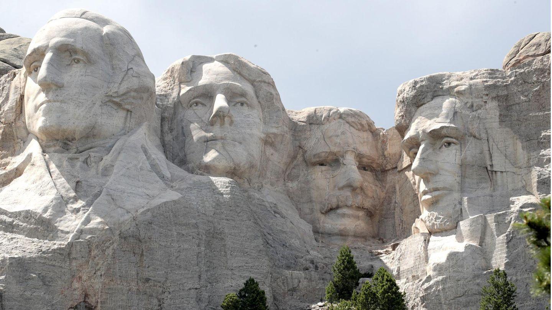 Am Mount Rushmore sind die Köpfe der US-PräsidentenGeorge Washington, Thomas Jefferson, Theodore Roosevelt und Abraham Lincoln (v.l.n.r.) eingemeißelt