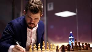 sport kompakt: Schach-Weltmeister Magnus Carlsen notiert sich einen Zug