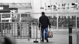 Fleischfabrikant Tönnies: Ein Mitarbeiter betritt das Gelände in Rheda-Wiedenbrück