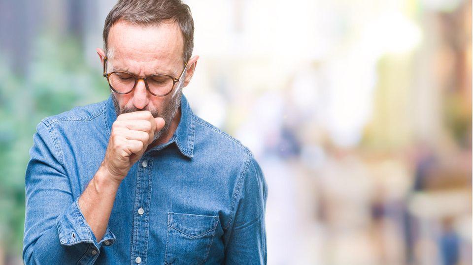 Mann mit Atembeschwerden