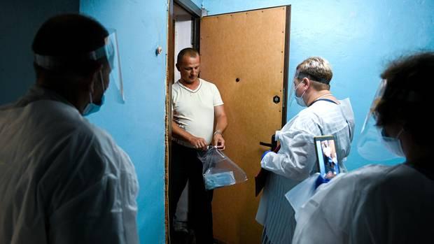 Russland, Kaliningrad: Wahlbeamte suchen Wähler in ihren Wohnungen auf.