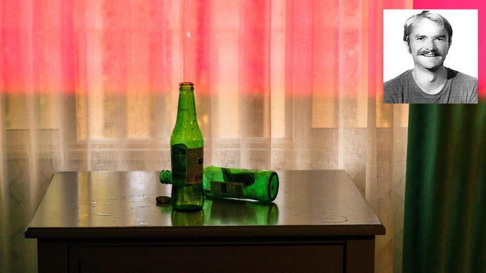 Hotelzimmer mit Porträt von Randy Kraft
