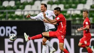 Bremens Philipp Bargfrede (l) und Heidenheims Tim Kleindienst kämpfen um den Ball