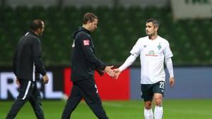 Florian Kohfeldt, Cheftrainer von Bremen, gibt Werder-Spieler Fin Bartels die Hand