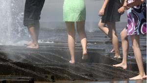 """Junge Frauen erfrischen sich bei Sommer-Temperaturen in einem Stadt-Brunnen: Die Unsitte, ihnen unter den Rock zu fotografieren - das sogenannte """"Upskirting"""" - ist nun eine Straftat."""