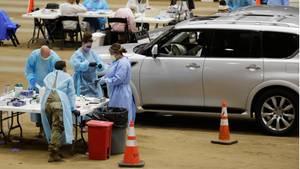 Medizinische Mitarbeiter führen Covid-19-Tests in einer provisorischen Teststation in Franklindurch, bei der die Patienten mit dem Auto durchfahren