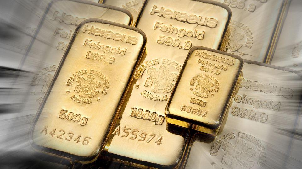 Goldbarren verschiedener Größen mit dem Aufdruck des Technologieunternehmens Heraeus