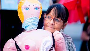 Prostituierte protestiert vor dem Bundesrat gegen Corona-Auflagen