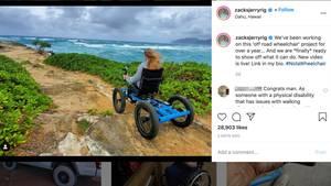 Eine Frau fährt in einem vierrädrigen Rollstuhl über einen unebenen Weg