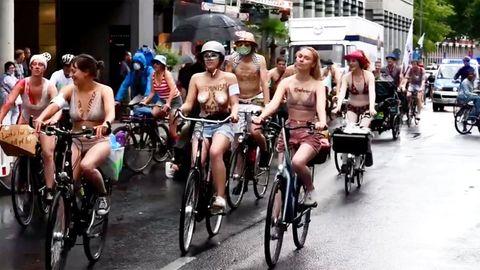 """""""Naked Bike Ride"""": Fahrradfahrer protestieren halbnackt für mehr Sicherheit"""