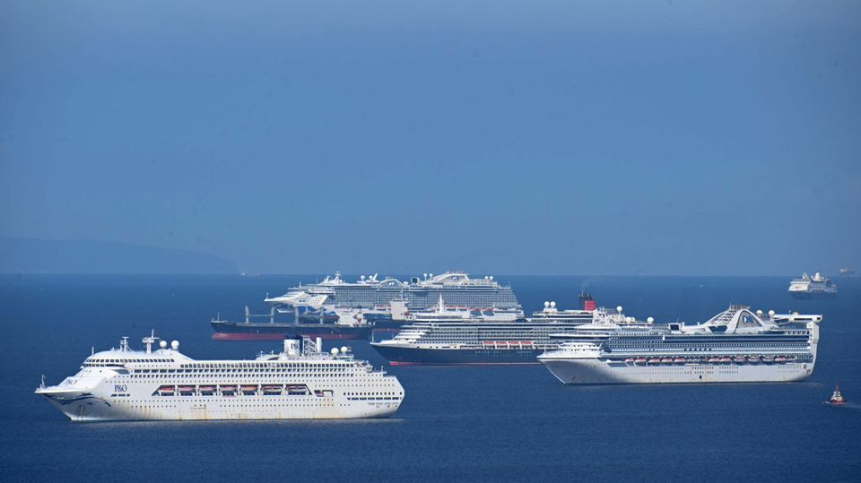 Merh als 20 arbeitslsoe Kreuzfahrtschiffe liegen in der Bucht von Manila auf Reede