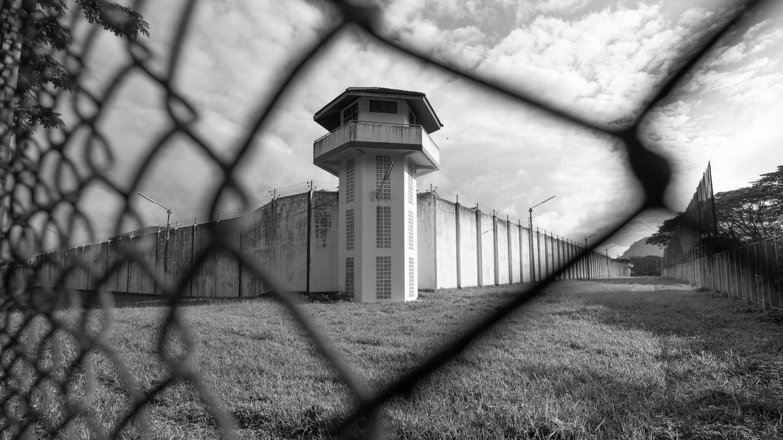 Gefängnis von außen durch Zaun