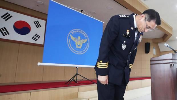 Polizeichef Bae Yong-ju verbeugt und entschuldigt sich für die missratenen, jahrzehntelange Mordermittlungen