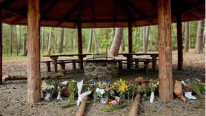 Blumen liegen am Ort, wo der 28-Jährige tot aufgefunden wurde