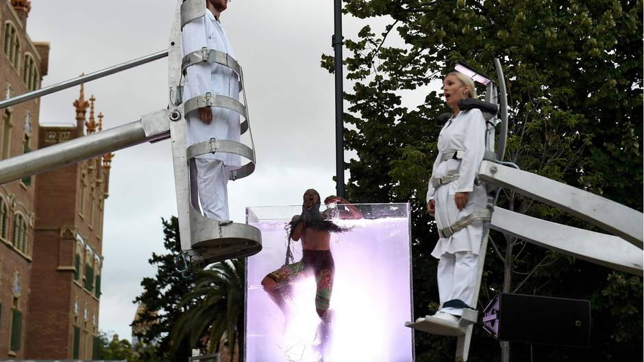 """Barcelona/Spanien.Die Künstler der Gruppe La Fura dels Baus haben sich von den Ärzten und Pflegern während der Corona-Pandemie inspirieren lassen. Nun haben sie die """"Nova Normalitat"""" (neue Normalität) erstmals aufgeführt."""
