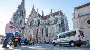 Ein28Jahre alter Mann ist für ein Selfie auf ein Baugerüstam Regensburger Dom St. Peter geklettert und abgestürzt