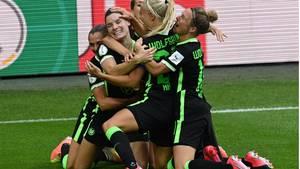Torjubel der Spielerinnen des VfL Wolfsburg im Pokalfinale der Frauen