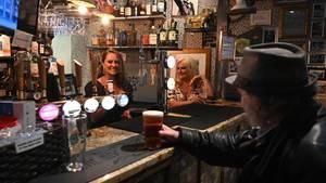 Auf ein Bier ins Pub – in England nun wieder möglich