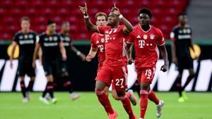 FC Bayern Münchens David Alaba (M.) jubelt nach seinem Treffer zum 0:1