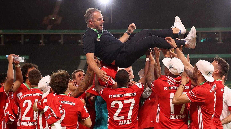 Bayern-Spieler feiern Hansi Flick