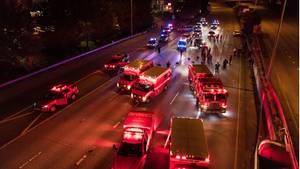 Seattle: Rettungskräfte arbeiten an einer Autobahn nachdem ein Fahrer in eine protestbedingte Barrikade gefahren ist.