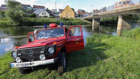 Einsatzfahrzeuge der Feuerwehr und des Rettungsdienst stehen an der Donau. Bei einem Junggesellenabschied auf der Donau ist ein 30 Jahre alter Mann in Baden-Württemberg ertrunken.