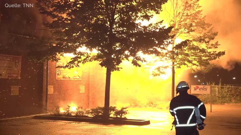 Hamburg: Lagerhalle für Tierbedarf brennt lichterloh
