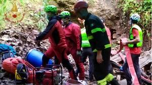 Italien, Roccamorice: Feuerwehrleute arbeiten am Eingang einer Höhle