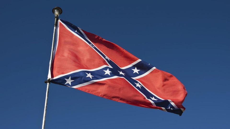 Eine Flagge der US-Südstaaten vor blauem Himmel