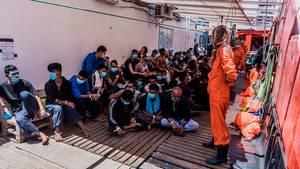 "Migranten sitzen an Deck des privaten Rettungsschiff ""Ocean Viking"""