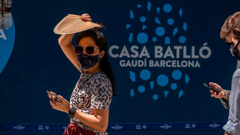 Spanien, Barcelona: Eine Frau mit Mundschutz und Sonnenbrille