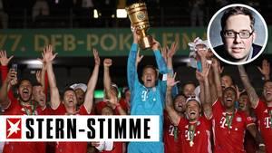 Die Mannschaft des FC Bayern München hält den DFB-Pokal nach dem Sieg in die Luft
